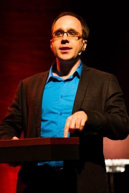 Lors de mon passage au TEDXUdeS en 2012. Je parlais ici de mon dragon magique qui se trouvait dans la boîte!